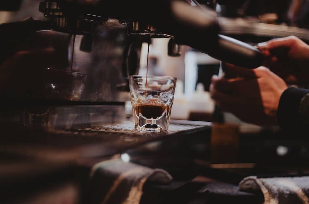 Machine à café professionnelle au travail ou à la maison : budget, espace, design quels sont les avantages et inconvénient pour trouver la vôtre