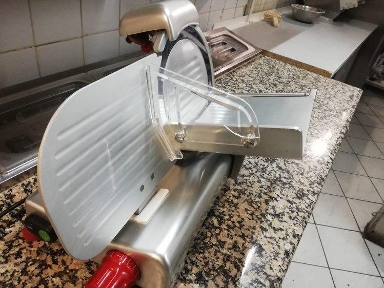 Trancheuse à charcuterie pro: un matériel de cuisine utile à domicile